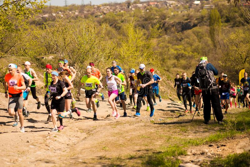 Krivoy Rog, Ucr?nia - 21 de abril de 2019: Povos de corrida da ra?a da maratona que competem na aptid?o e no estilo de vida saud? fotografia de stock