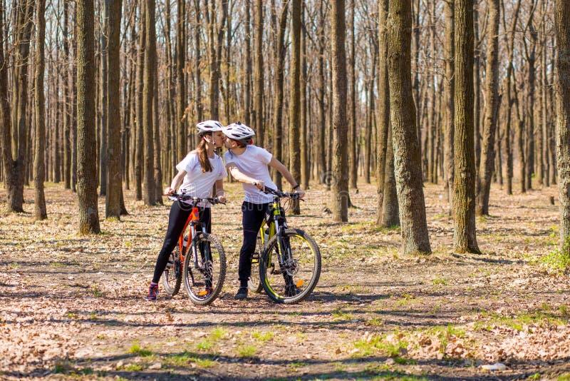 Krivoy Rog, Ucraina - 9 aprile 2019: La guida felice delle coppie va in bicicletta il concetto esterno e sano di divertimento di  fotografia stock