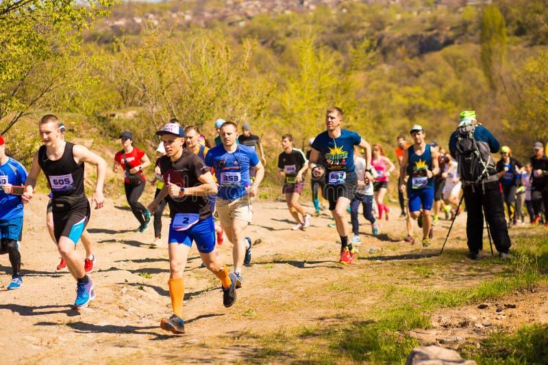 Krivoy Rog, Ukraina - 21 April, 2019: K?rande loppfolk f?r maraton som konkurrerar i kondition och sund livsstil arkivfoto