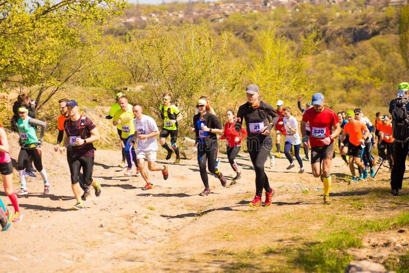Krivoy Rog, Ukraina - 21 April, 2019: K?rande loppfolk f?r maraton som konkurrerar i kondition och sund livsstil arkivbild