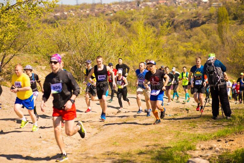 Krivoy Rog, Ukraina - 21 April, 2019: K?rande loppfolk f?r maraton som konkurrerar i kondition och sund livsstil royaltyfri bild