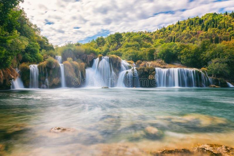 Krka Nationaal Park, mooi aardlandschap, mening van de waterval Skradinski buk, Kroatië stock foto's