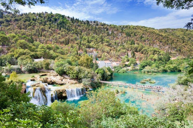 Krka, turyści wycieczkuje i kąpać się przy Krka parkiem narodowym Sibenik Chorwacja, SIERPIEŃ - 28, 2017 - zdjęcia royalty free