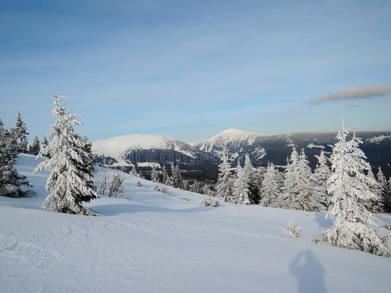 KrkonoÅ-¡ e Berge - Ansicht zu SnÄ-› Å ¾ Ka lizenzfreie stockfotos