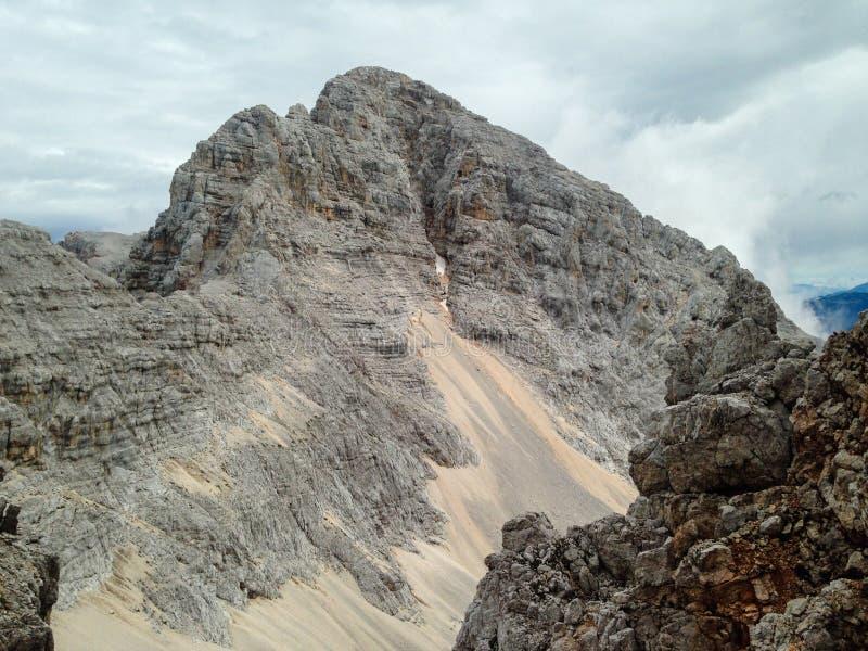 Krlaticade Å, el pico en segundo lugar más alto en Eslovenia con los 2,740m, también conocido como ` seco de la avalancha del `  imagenes de archivo