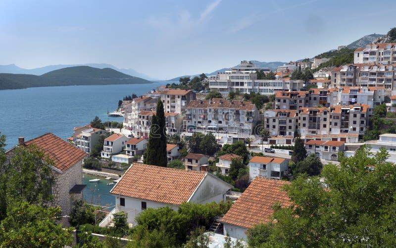 Kroaten seglar utmed kusten fotografering för bildbyråer