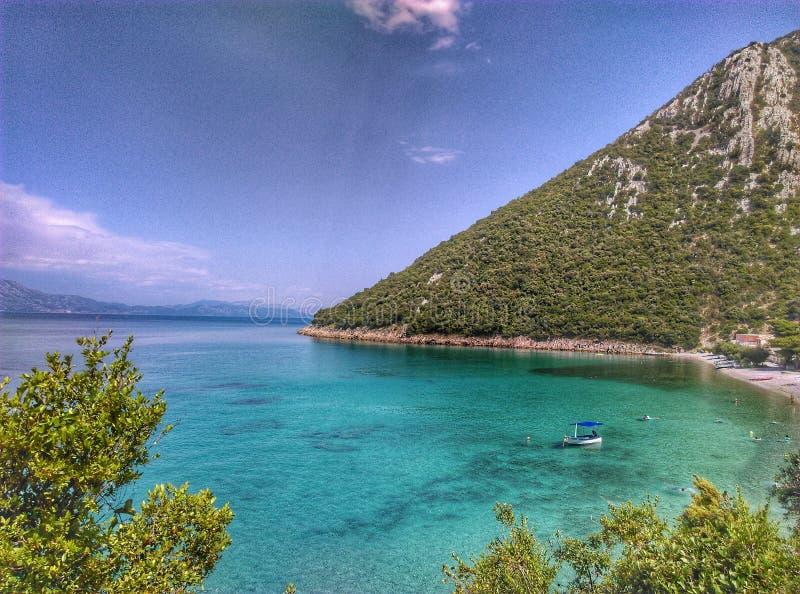 Kroaten seglar utmed kusten arkivbild