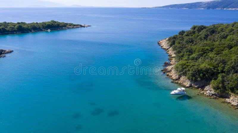 Kroatië, kust, boot en Adriatische overzees royalty-vrije stock foto's