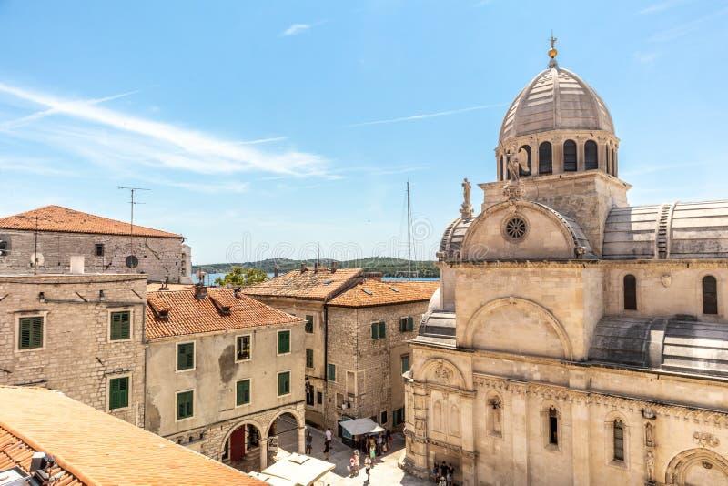 Kroatië, stad van Sibenik, panorama van het oude stadscentrum en de kathedraal van St James, belangrijkste architecturaal stock afbeeldingen