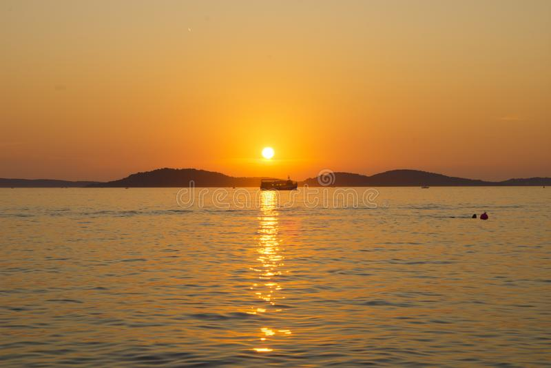 Kroatië - Zonsondergang op overzees stock foto's