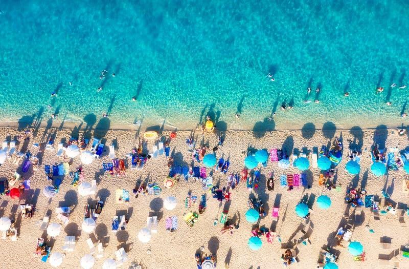 Kroati? Luchtmening over het strand Vakantie en avontuur Strand en turkoois water Hoogste mening van hommel bij strand en azuurbl stock fotografie