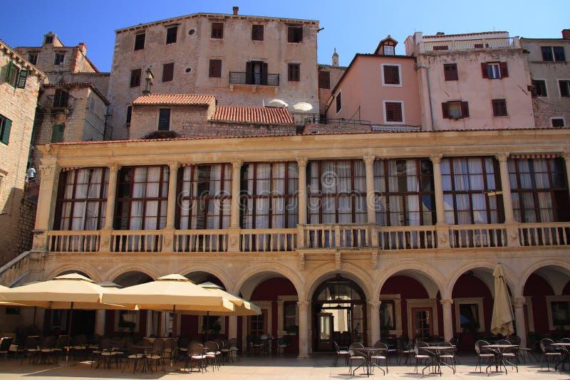 Kroatien Å-ibenik - ett renässansstadshus av Å-ibenik som tillbaka daterar till det 16th århundradet med en storartad loggia med  royaltyfri bild