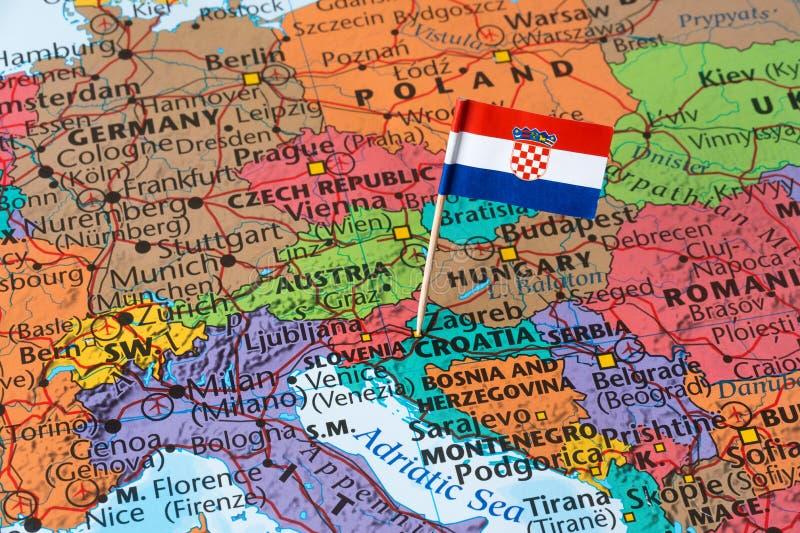 Kroatien-Flagge auf einer Weltkarte stockfotos