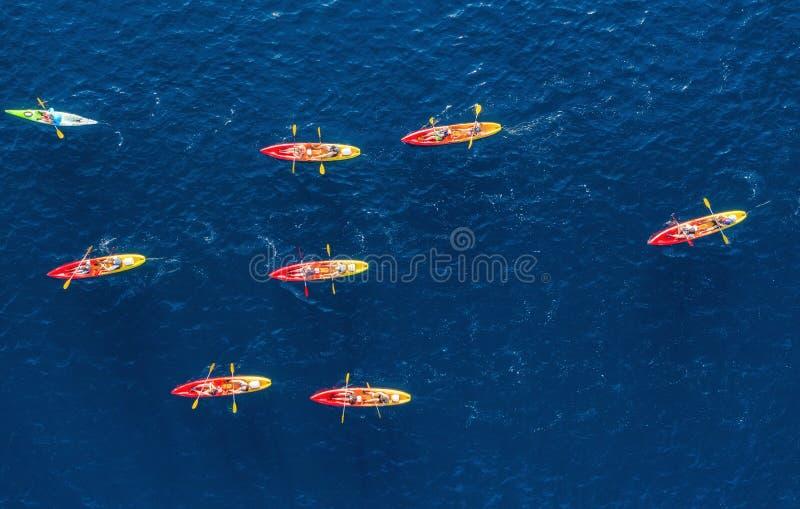 kroatien Kayks an der Oberfläche Vogelperspektive von kyaks auf blauem adriatischem Meer am sonnigen Tag Abenteuer und Reise lizenzfreies stockbild