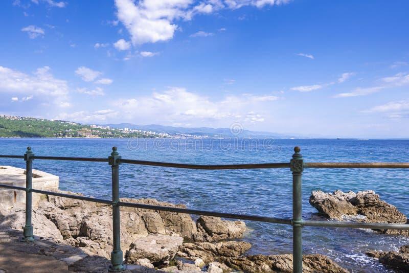Kroatien Opatija mot bakgrund av Rijeka arkivbild