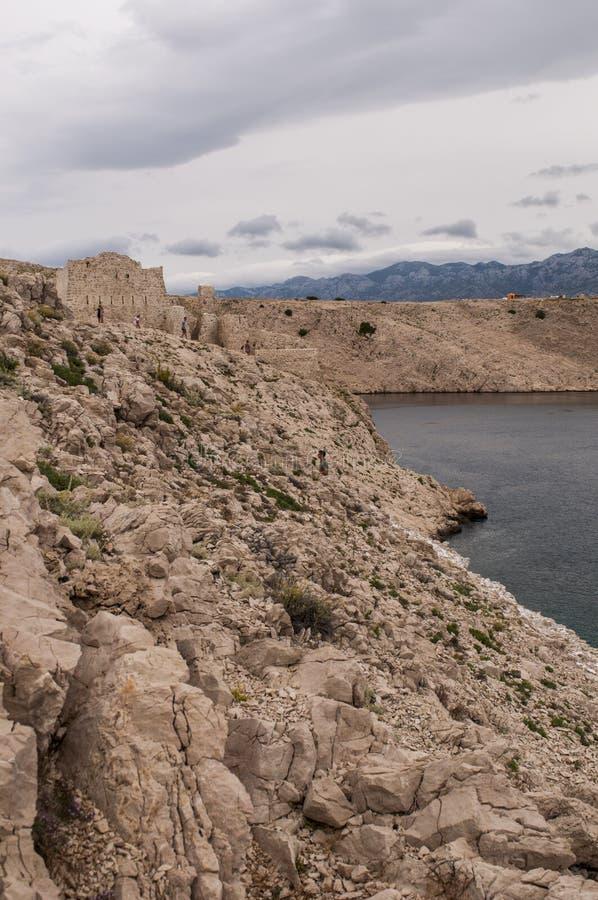 Kroatien Pag-ön, watchtoweren som är gammal, fördärvar, stormigt väder, ön av Pag, Europa, klippa fotografering för bildbyråer
