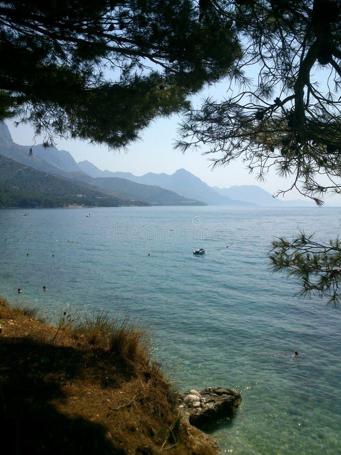 Kroatien-` s schöne Küstenlinie von der Klippe stockbild