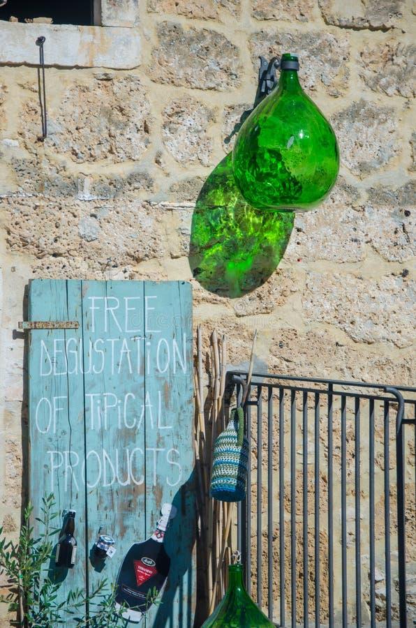 KROATIEN - SEPTEMBER 2015: Fri degustation av tipical produkter på September 23, 2015, i den Krka nationalparken, Kroatien arkivfoton