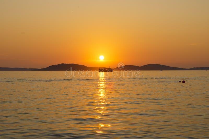 Kroatien - solnedgång på havet arkivfoton