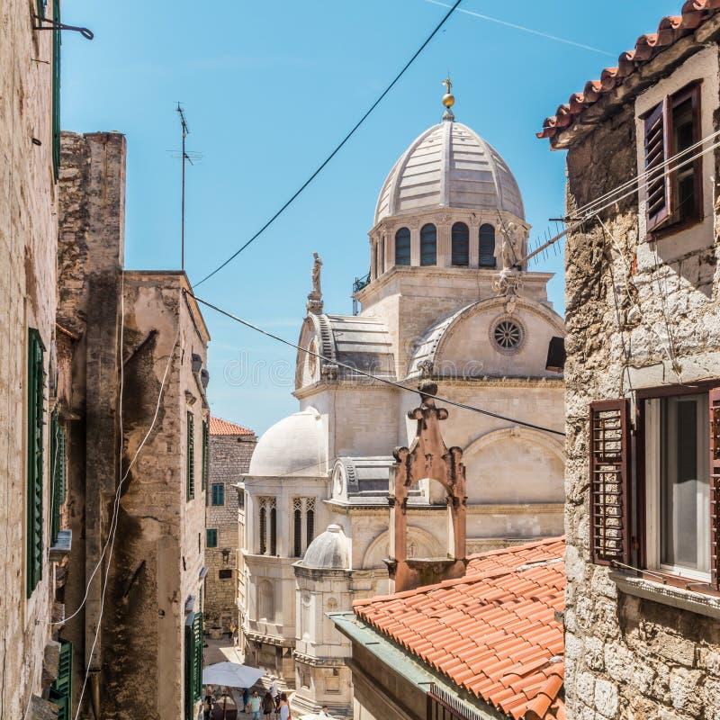 Kroatien stad av Sibenik, panoramautsikt av den gamla stadmitten och domkyrkan av St James, mest viktigt arkitektoniskt royaltyfri foto