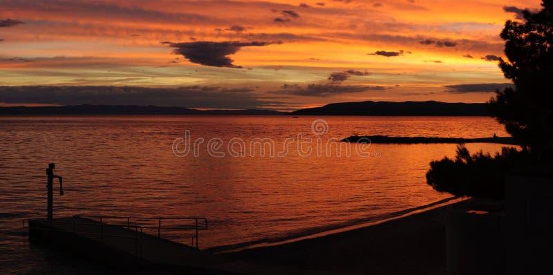 Kroatien-Strand bei Sonnenuntergang stockfotografie