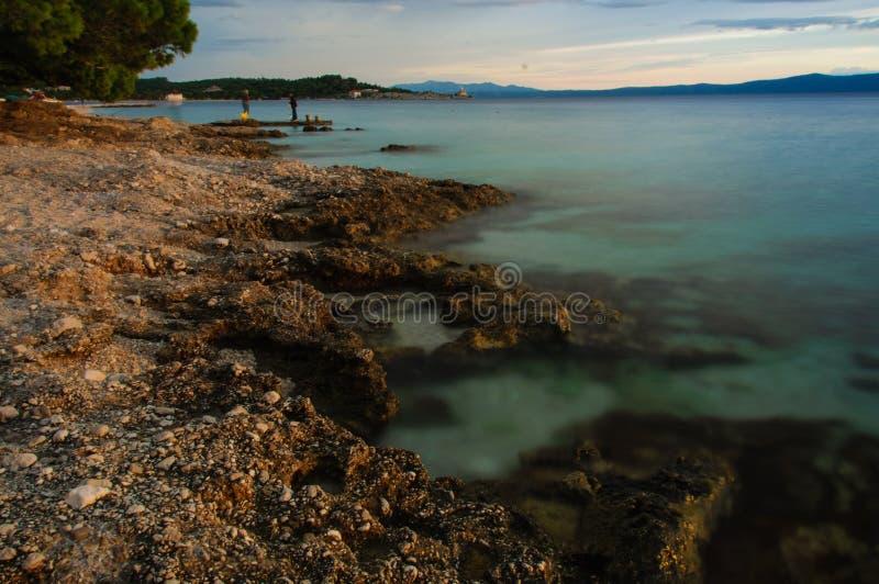Kroatien-Strand bei Sonnenuntergang stockfotos