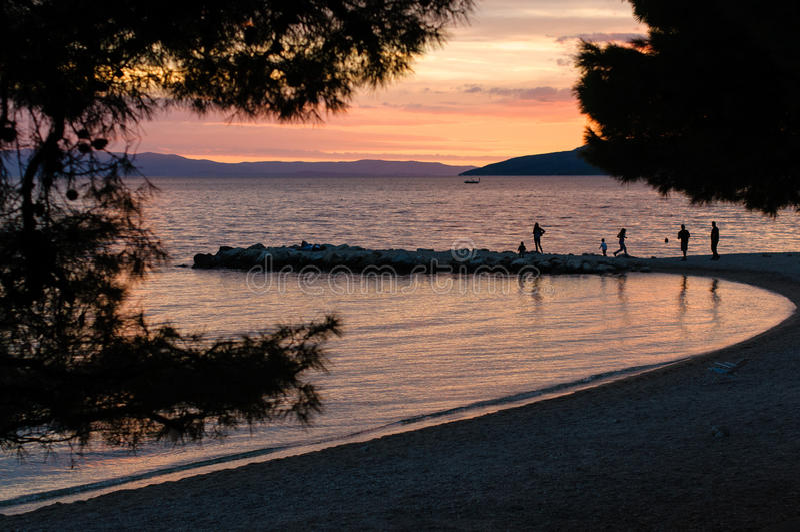 Kroatien-Strand bei Sonnenuntergang stockfoto