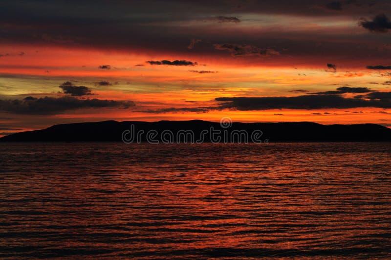 Kroatien-Strand bei Sonnenuntergang lizenzfreie stockfotografie