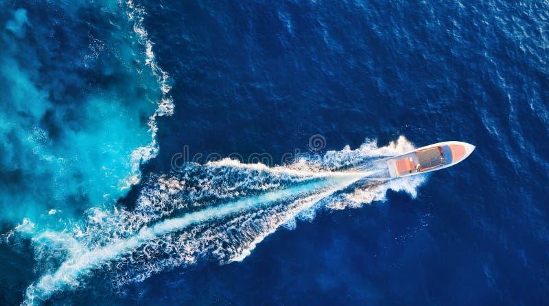 kroatien Yachten an der Oberfl?che Vogelperspektive des sich hin- und herbewegenden Luxusbootes auf blauem adriatischem Meer am s stockfotografie