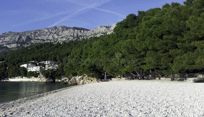 Kroatisch strand en Adriatische Overzees in Brela, Makarska Riviera, Dalmatië, Kroatië stock fotografie