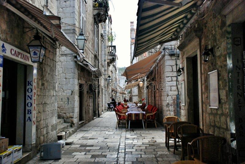 Kroatische comfortabele koffie op een smalle straat in Dubrovnik stock fotografie