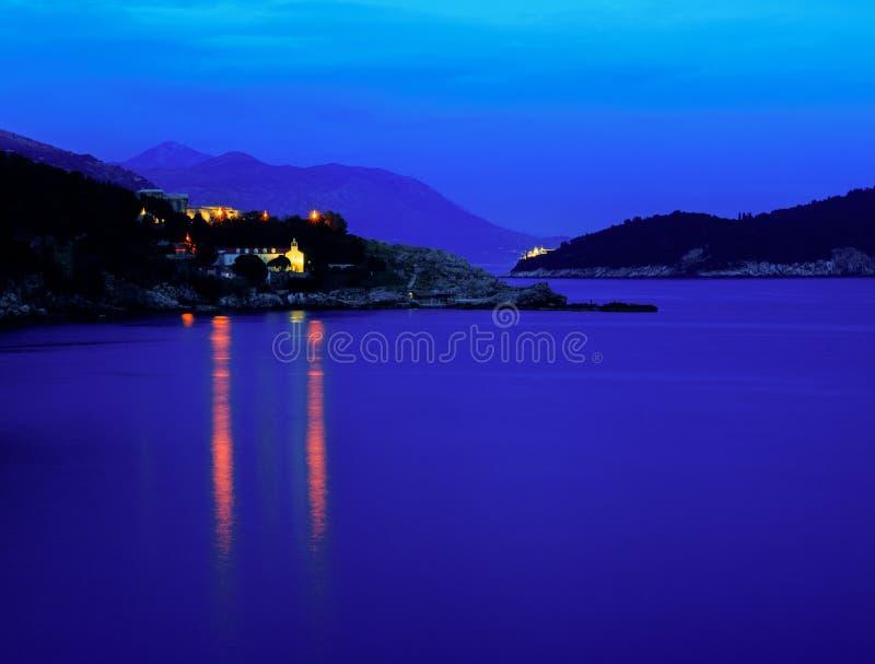 Kroatische kustlijn na zonsondergang stock afbeelding