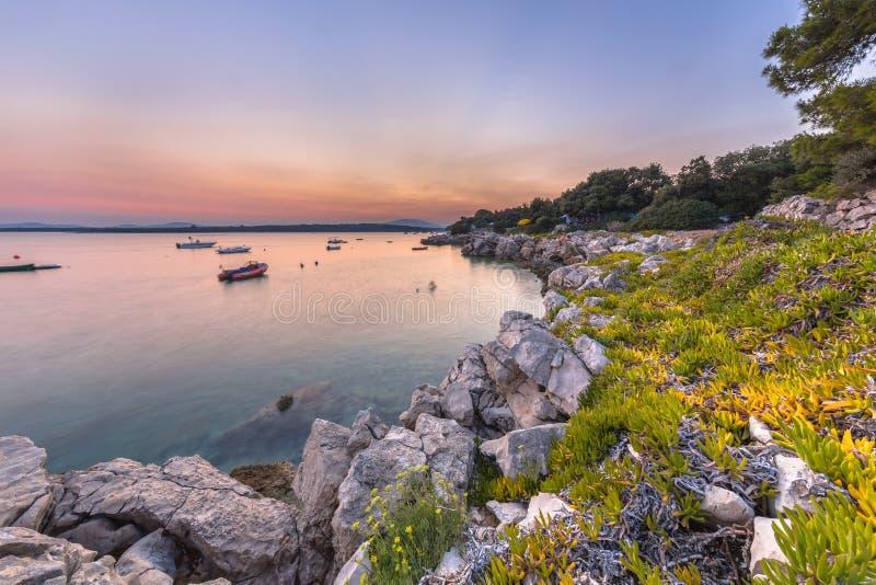 Kroatische rotsachtige toeristische kust stock foto's