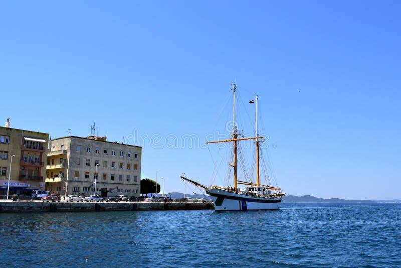 Kroatische schoolboot in de haven van zadar-Kroatië royalty-vrije stock foto