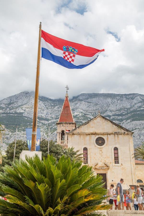 Kroatische vlag in een historische stad stock foto
