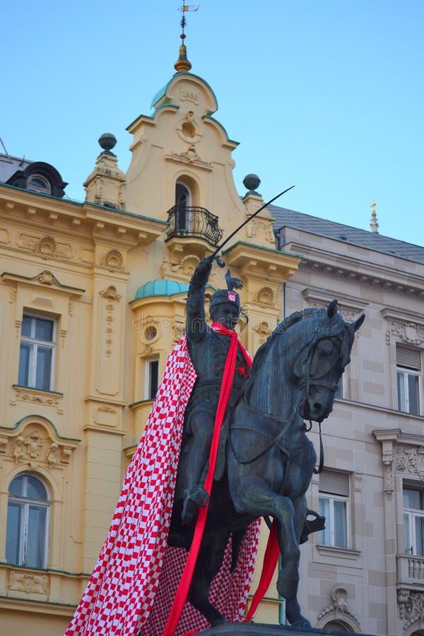 Kroatische vlag gezet op Standbeeld van Josip Ban Jelacic Zagreb stock foto's