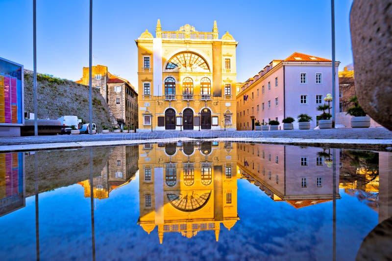 Kroatisches Nationaltheater der Spaltenwasser-Reflexionsansicht lizenzfreie stockfotografie