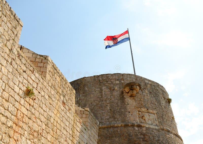 Kroatisk flagga på spansk fästning i den Hvar staden på ön av Hvar, Kroatien royaltyfria bilder