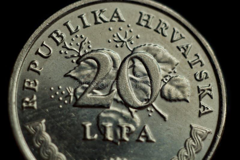 Kroatisk lipamakro för mynt som tjugo isoleras på svart bakgrund Detalj av slutet för metalliska pengar upp pengar av det europei royaltyfri fotografi