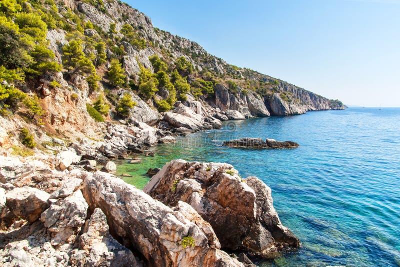 kroatisk seashore Kust av den Hvar ön Hälsningar från havet Havet och vaggar i Kroatien Landskap av Adriatiskt havet Varm summ arkivfoto