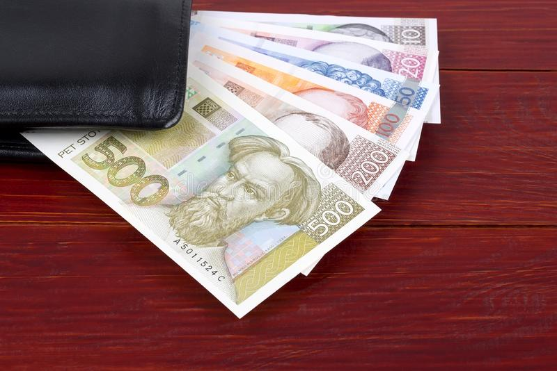 Kroatiska pengar i den svarta plånboken arkivfoton