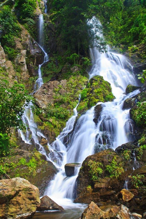 Download Krok Ja Dok Siklawa, Tajlandia Obraz Stock - Obraz złożonej z liść, natura: 41951025