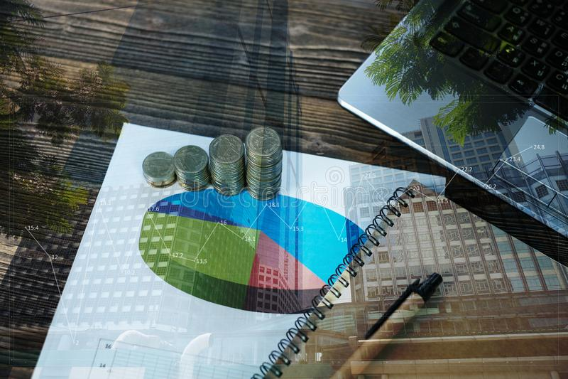 Krok monet sterty z notatnika laptopem i pieniężny obraz stock