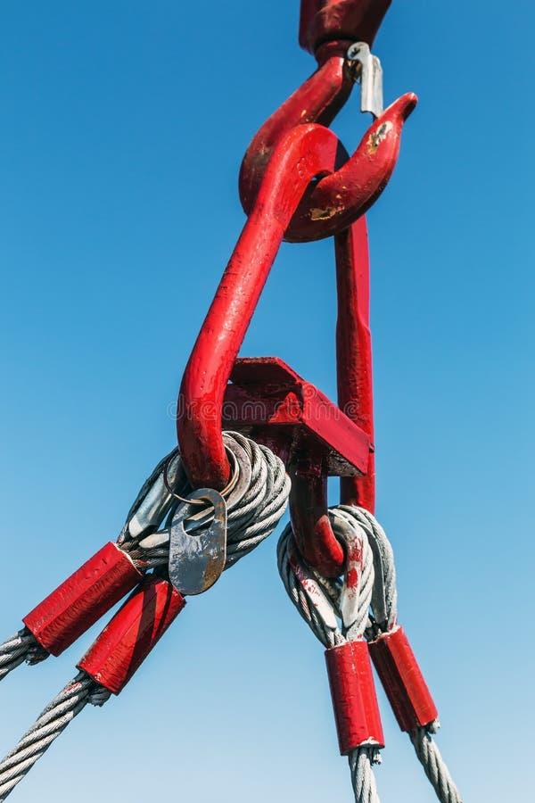 Kroken av en kran lyfter en påfyllning royaltyfri fotografi
