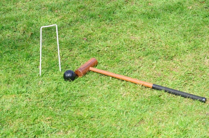 Krokett-Bandholzhammer und -ball in der Landschaft stockfotografie