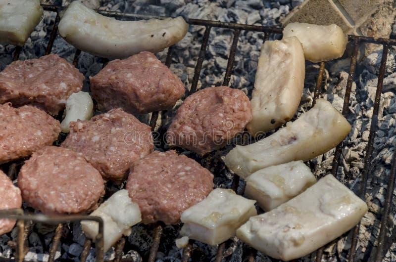 Krokett (köttboll) och bacon av gallret royaltyfri fotografi
