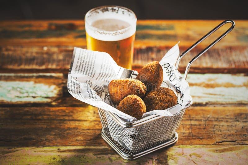 Kroketten und Bier stockfotografie