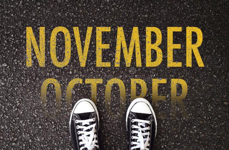Kroki do przodu Listopad na drodze zdjęcie stock