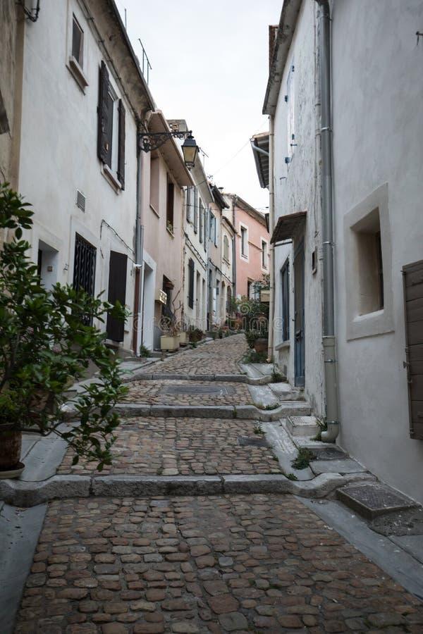 Kroki i wąska ulica w starym miasteczku Arles w Provence w południe Francja obrazy royalty free