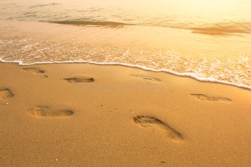 Kroki na plaży morzem obrazy stock
